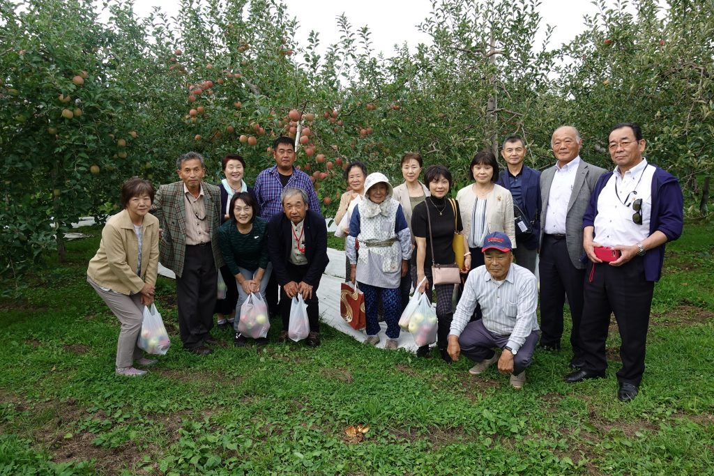 今裕氏のりんご農園に於いて農業研修を行った