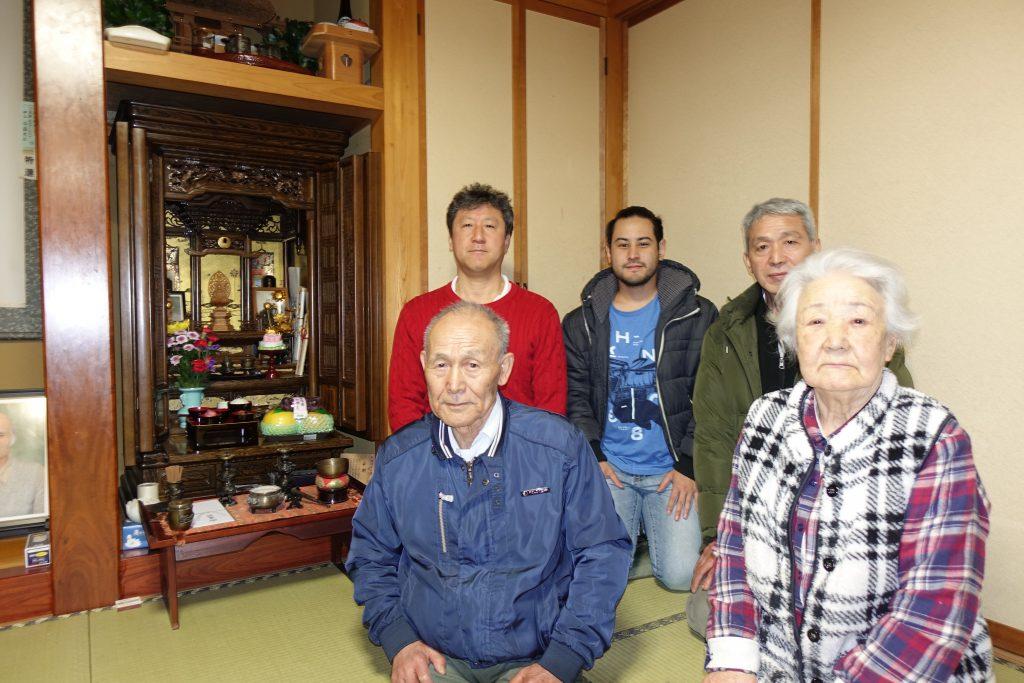 手前左が及川氏、後ろ中央が孫のカイオ氏